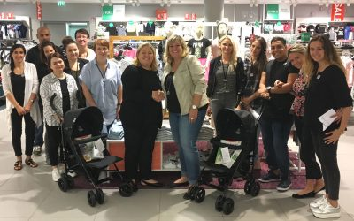 Spendenübergabe zweier Buggys durch H&M Mitarbeiterinnen